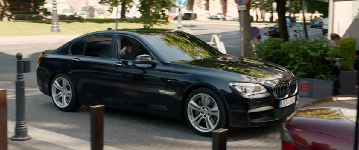 BMW 7 series. Η ταινία «Spy» είναι μία ξεχωριστή, κωμική περιπέτεια. Εκεί, η αναλύτρια της CIA, Σούζαν Κούπερ (Μελίσα ΜακΚάρθι) επιχειρεί να περάσει στη δράση και να δουλέψει ως μυστικός πράκτορας στο πλευρό των Μπράντλεϊ Φάιν (Τζουντ Λο) και Ρικ Φορντ (Τζέισον Στέιθαμ). Για τις ανάγκες της ταινίας είχε... επιστρατευτεί και η (αρχοντική) BMW 7 series.
