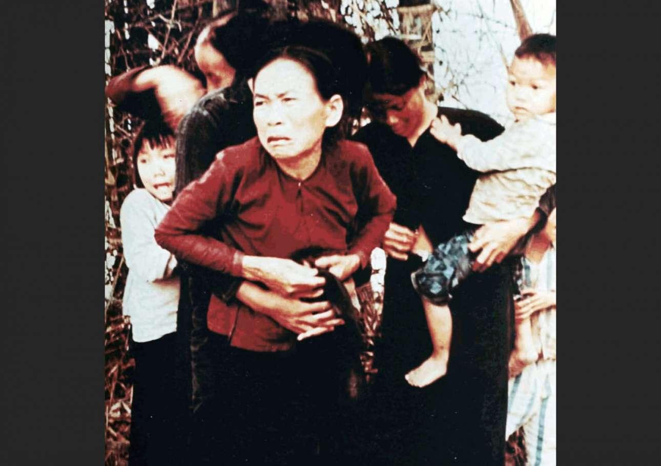 Ντοκουμέντο από τη Σφαγή του Μάι Λάι. Στις 16 Μαρτίου του 1968, αμερικανοί στρατιώτες δολοφονούν 500 βιετναμέζους άμαχους χωρικούς. Στη φωτογραφία μία γυναίκα φτιάχνει την μπλούζα της μετά από τη σεξουαλική επίθεση που έχει δεχθεί και λίγα δευτερόλεπτα πριν την σκοτώσουν