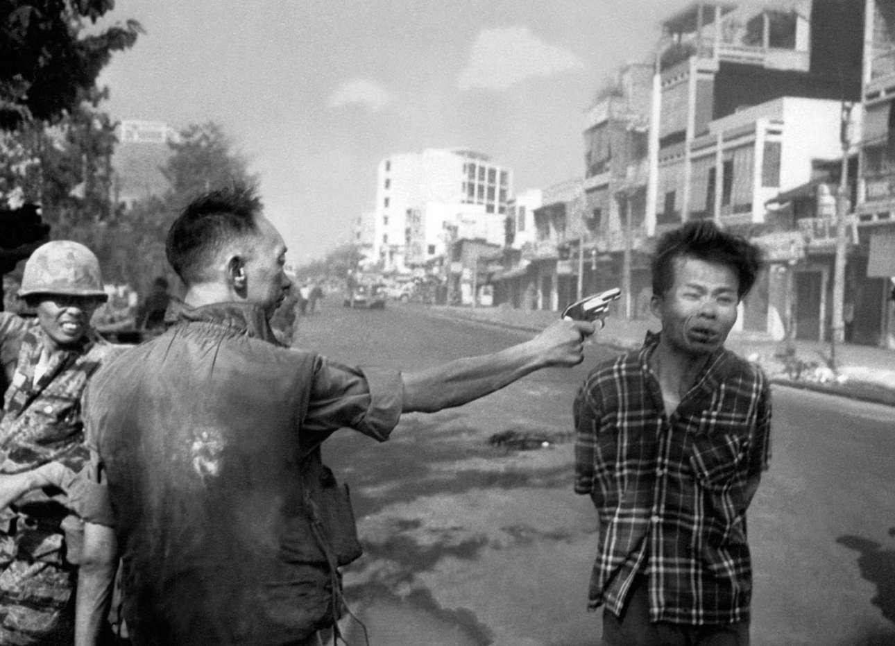 Ενα συγκλονιστικό καρέ από το 1968 που έγινε σύμβολο της σκληρότητας του πολέμου στο Βιετνάμ: o στρατηγός και αρχηγός της νοτιοβιετναμικής αστυνομίας Nguyen Ngoc Loan εκτελεί εν ψυχρώ τον Βιετκόνγκ αξιωματικό Nguyen Van Lem σε δρόμο της Σαϊγκόν, την 1η Φεβρουαρίου του 1968. Η συγκεκριμένη φωτογραφία «κυνηγούσε» τον διαβόητο στρατηγό για όλη του τη ζωή: το 1975 μετακόμισε στις ΗΠΑ και άνοιξε πιτσαρία