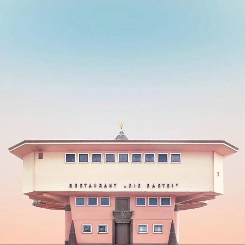 Γαλήνη, συμμετρία και παστέλ χρώματα στο εστιατόριο Bastei στην Κολωνία της Γερμανίας... Ο Αντερσον θα ήταν περήφανος