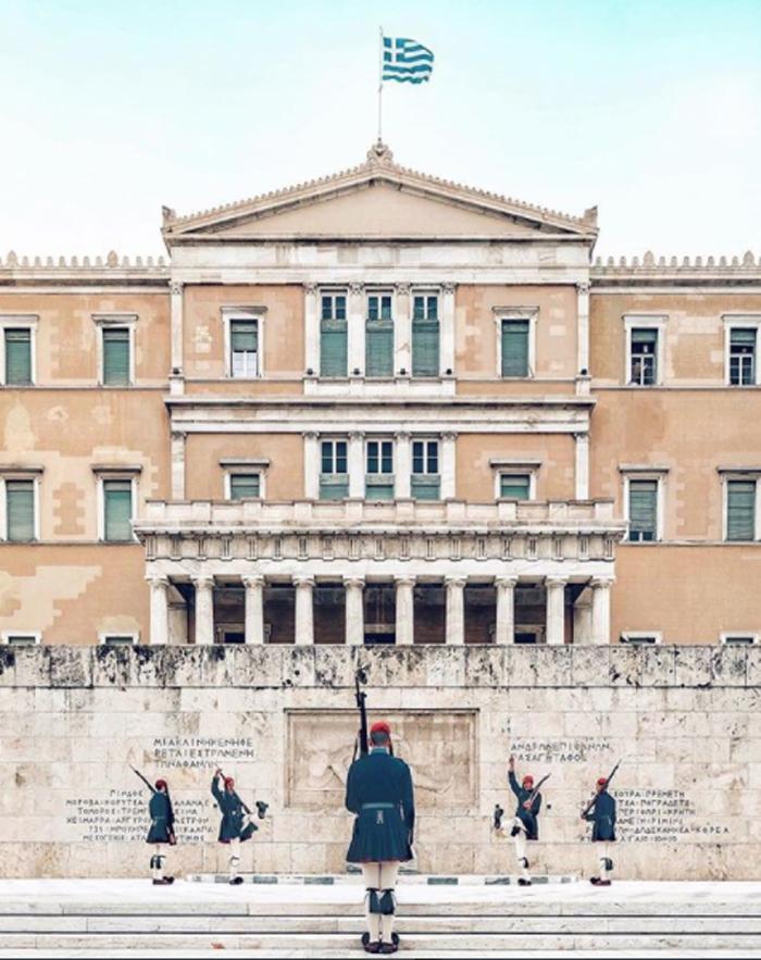 Για τον ισπανό φωτογράφο Νικάνο Γκαρσία, η Βουλή και οι τσολιάδες ταιριάζουν στο κινηματογραφικό σύμπαν του Αντερσον