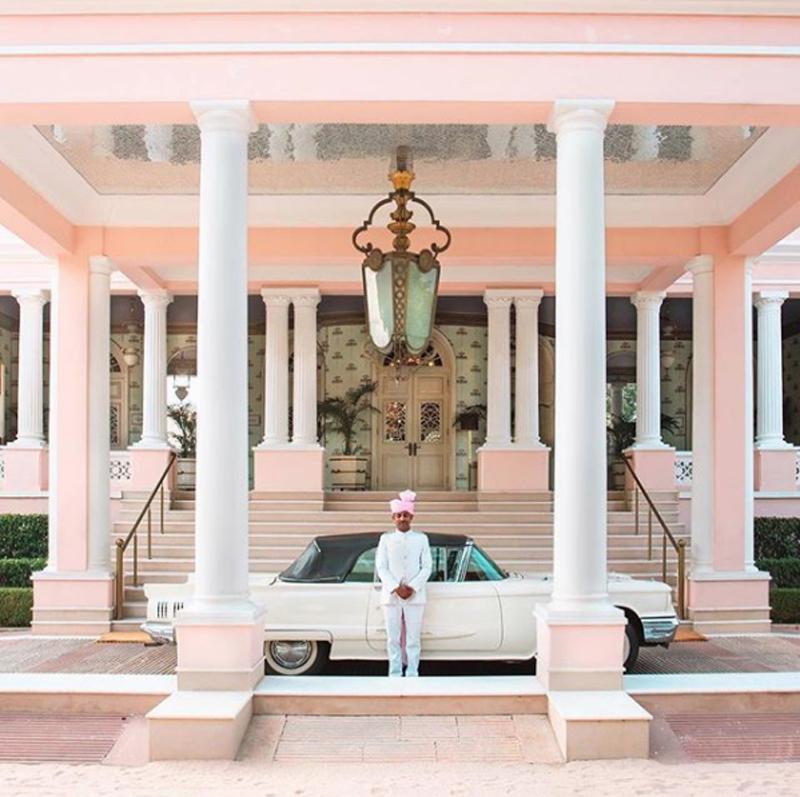 Η παραπάνω εικόνα από το Raj Mahal, το Παλάτι του Μαχαραγιά στην Ινδία, είναι σαν να έχει βγει από ταινία του Γουές Αντερσον