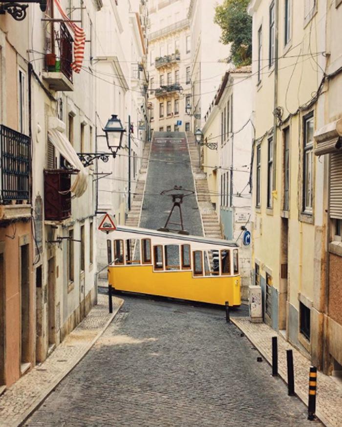Ενα κίτρινο τραμ διασχίζει την πρωτεύουσα της Πορτογαλίας, Λισαβόνα