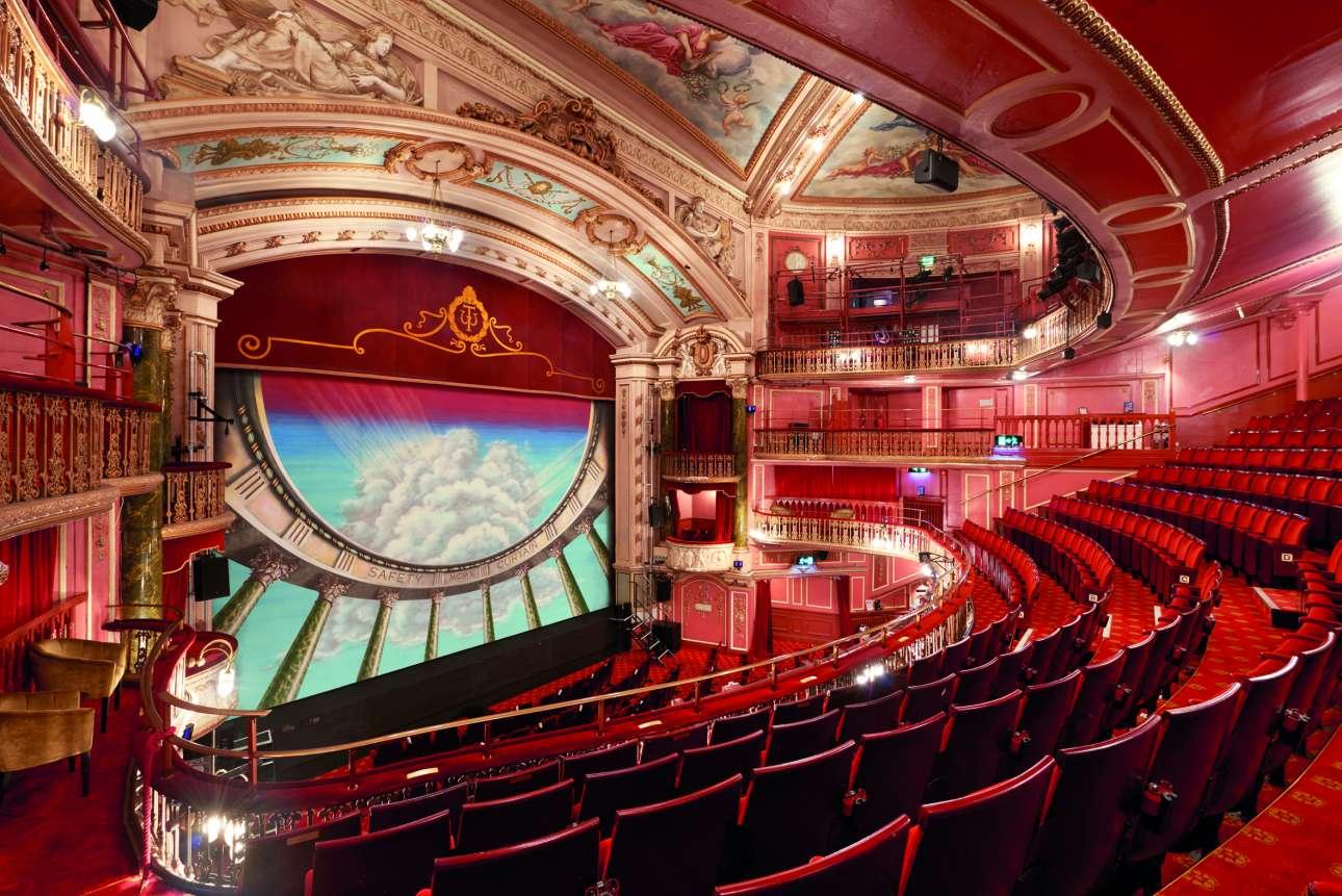 Το θέατρο του New Wimbledon, η μεγαλύτερη ατραξιόν του ευρύτερου Λονδίνου, υιοθετεί το στιλ ιταλικής όπερας με τις τοιχογραφίες και τα μεγαλοπρεπή μάρμαρά του
