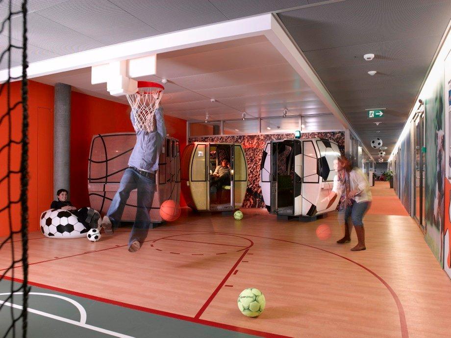 Οι υπάλληλοι στη Google της Ζυρίχης μπορούν να παίξουν μπάσκετ και ποδόσφαιρο μέσα στο γραφείο