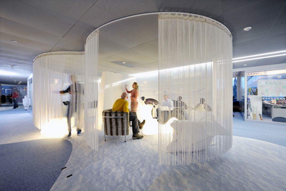 Ψεύτικοι πιγκουίνοι και χιόνι διακοσμούν μία γωνία των γραφείων