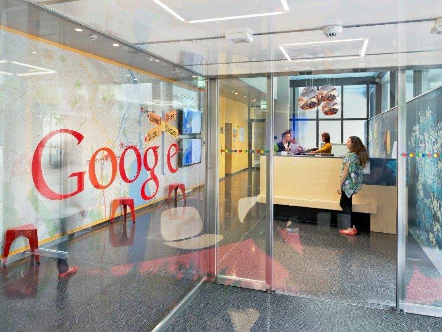 Στα γραφεία έχουν πρόσβαση  μόνον οι εργαζόμενοι και όσοι έχουν λάβει προσωπική πρόσκληση