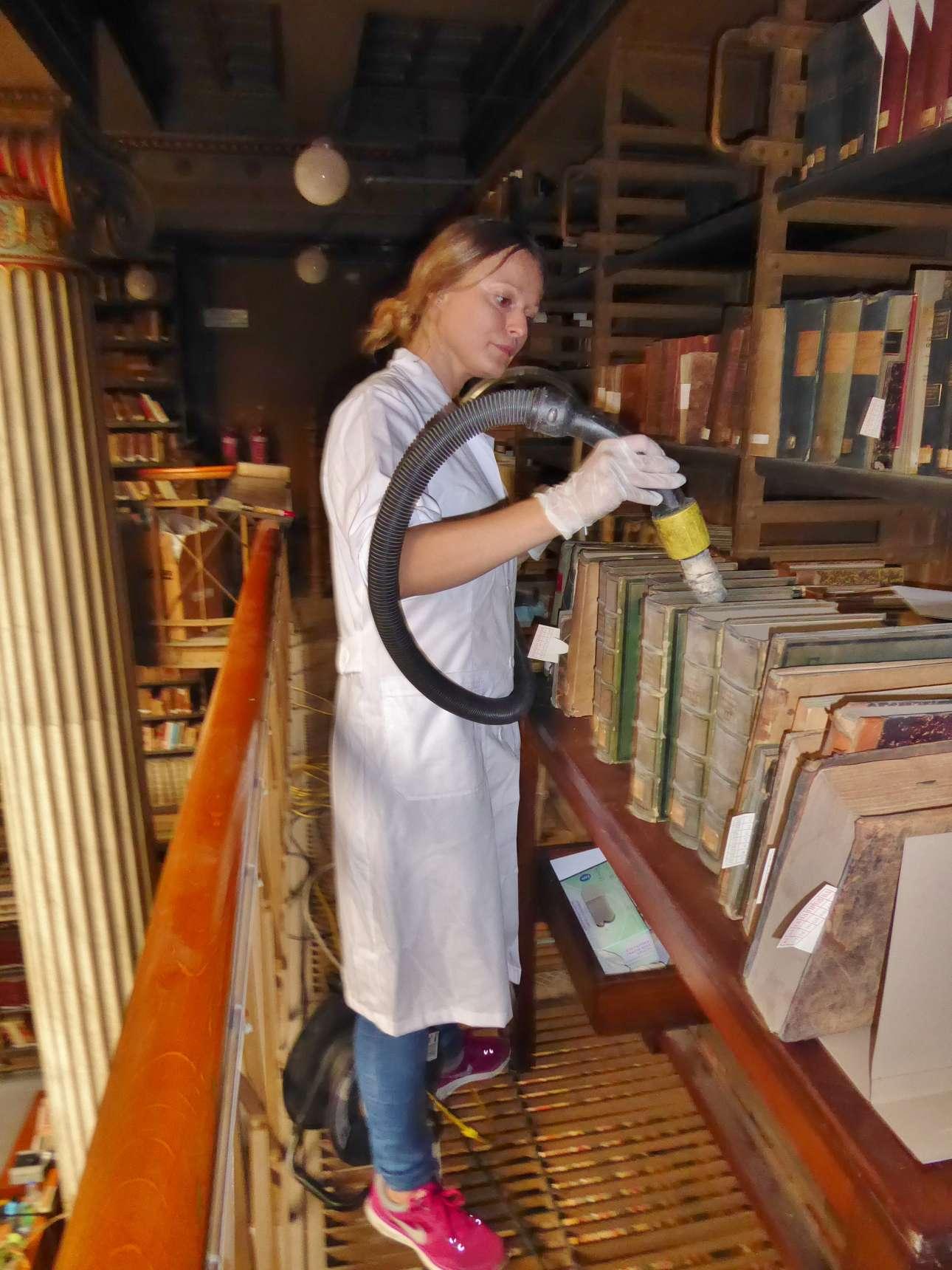 Καθαρισμός βιβλίων με τα κατάλληλα εξαρτήματα