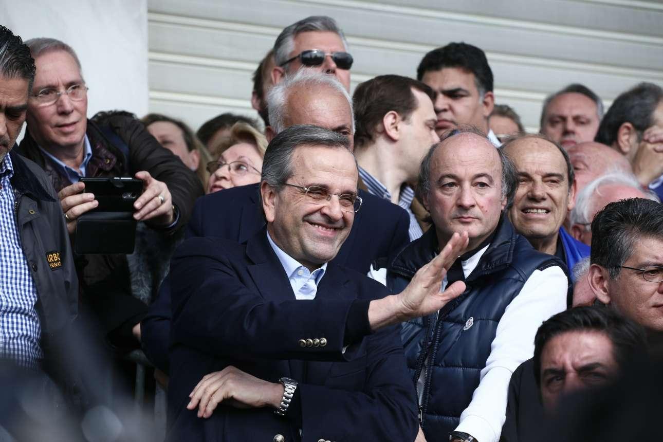 Ο Αντώνης Σαμαράς χαμογελαστός χαιρετά...