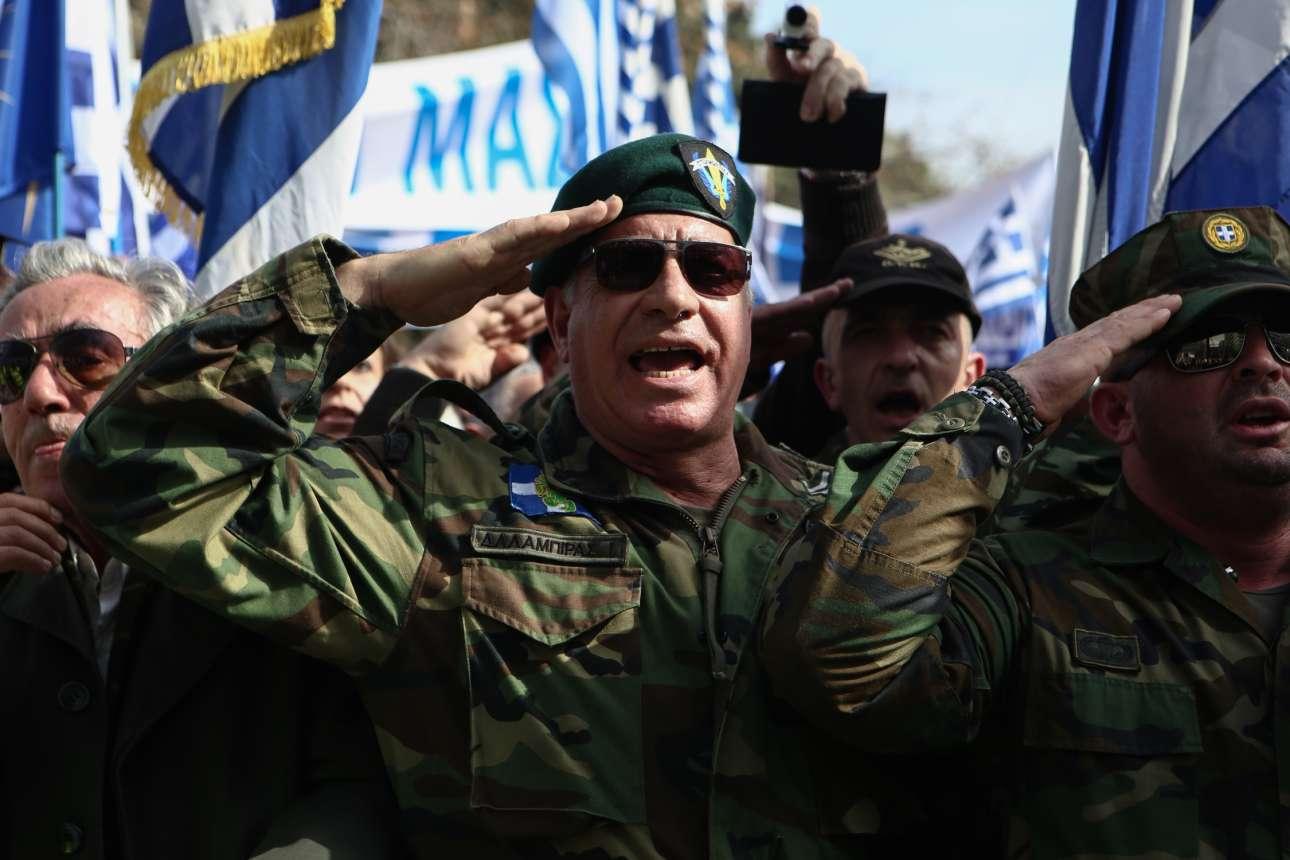 Απόστρατοι και έφεδροι σε στρατιωτικό χαιρετισμό