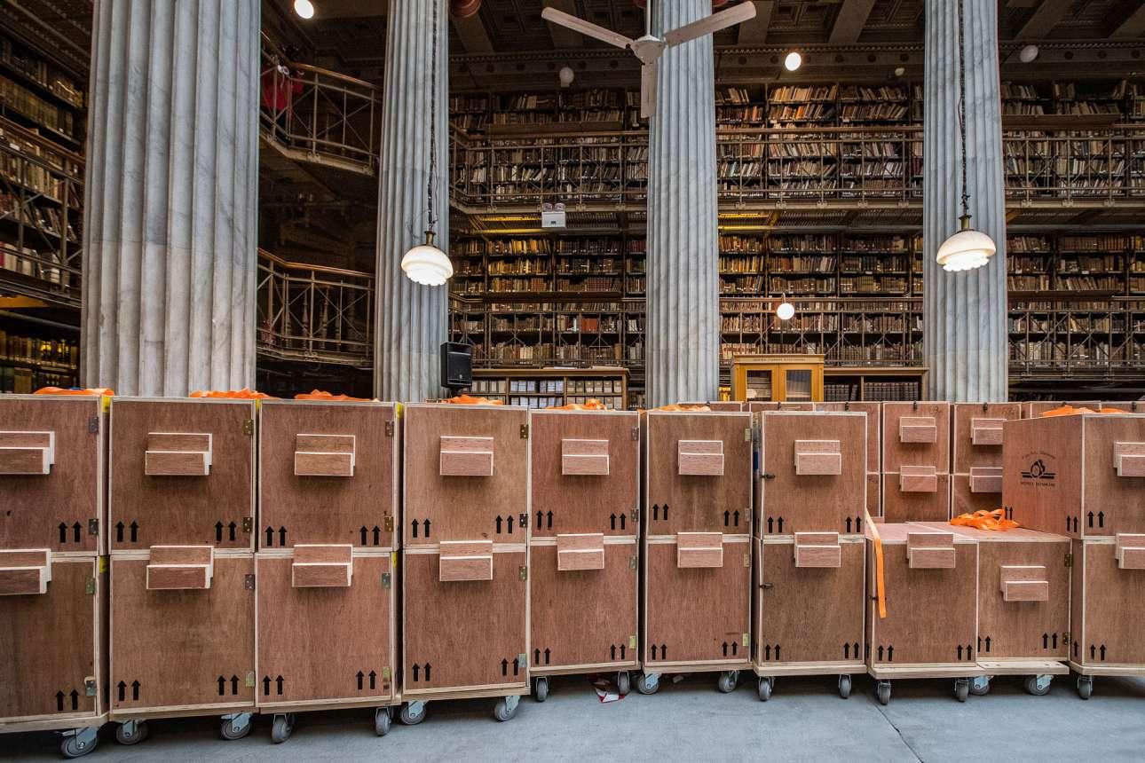 Τροχήλατες βιβλιοθήκες στο κεντρικό αναγνωστήριο του Βαλλιάνειου. Τα συγγράμματα από τα ράφια, ταξινομήθηκαν και τοποθετήθηκαν στα κιβώτια. Για να ακολουθήσει η αντίστροφη πορεία όταν έφθασαν στο ΚΠΙΣΝ