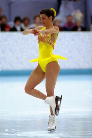 Η Νάνσι Κέριγκαν στους Ολυμπιακούς Αγώνες της Νορβηγίας το 1994 στροβιλίζεται με χάρη φορώντας έντονο κίτρινο κοστούμι haute couture της Vera Wang με κέντημα στο μπούστο