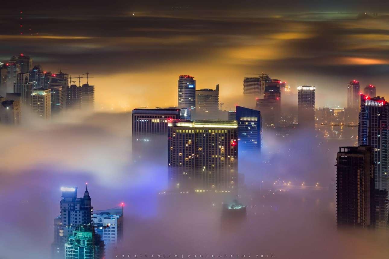 Ο Αντζούμ θα κάνει τα πάντα για το τέλειο καρέ. Για τις λήψεις με ομίχλη, ξεκινάει στις 12 το βράδυ και περιμένει μέχρι την ανατολή του ηλίου, σε μία παγωμένη κορυφή κτιρίου