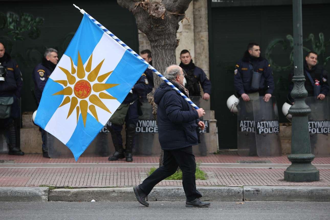 Σαν μοναχική παρέλαση μπροστά στους αστυνομικούς
