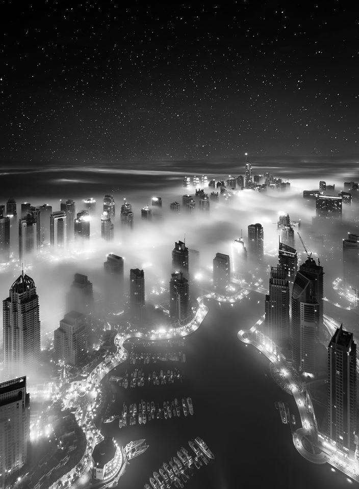 Το Ντουμπάι από ψηλά, σε ασπρόμαυρο. Θα μπορούσε να είναι μακέτα ταινίας επιστημονικής φαντασίας