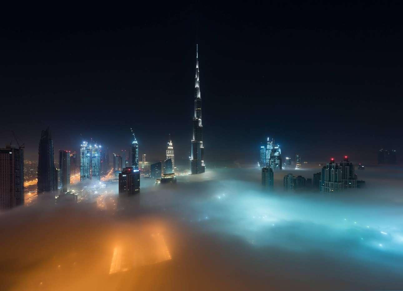Το εντυπωσιακό Μπουρτζ Χαλίφα ξεπροβάλλει μέσα από την ομίχλη