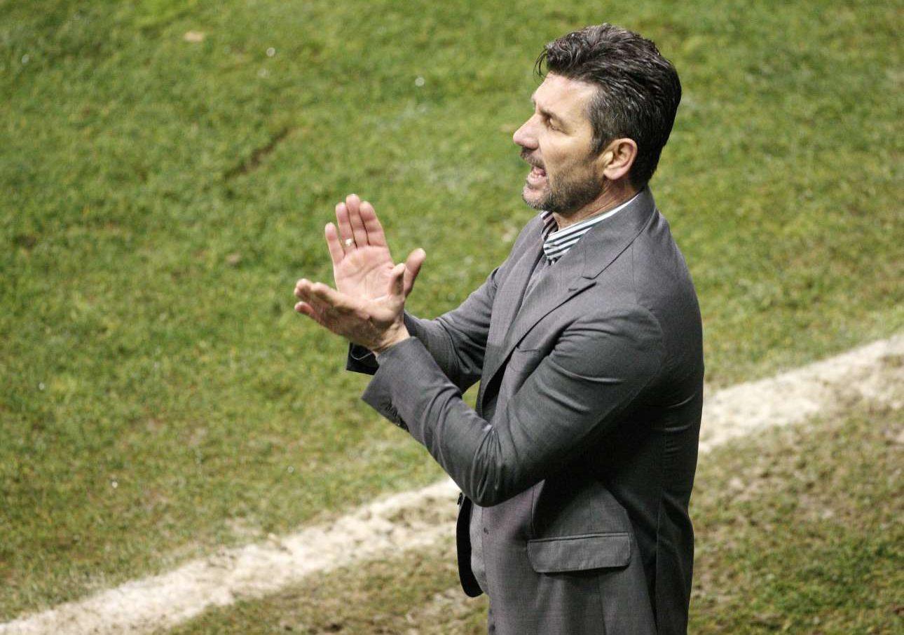 Ο Μαρίνος Ουζουνίδης εμψυχώνει τους παίκτες του... / INTIMEnews
