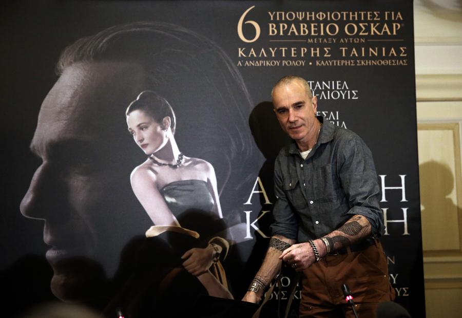 """Ο ηθοποιός Daniel Day-Lewis προσέρχεται στη συνέντευξη Τύπου σε κεντρικό ξενοδοχείο της Αθήνας, Πέμπτη 01 Φεβρουαρίου 2018. Ο τρεις φορές βραβευμένος με 'Οσκαρ και πάλι υποψήφιος για 'Οσκαρ ηθοποιός Daniel Day-Lewis ήρθε στην Ελλάδα για να παραστεί στην προβολή της νέας ταινίας του """"Αόρατη Κλωστή"""". Οι επισκέψεις του στην Αθήνα έχουν πάντα φιλανθρωπικό χαρακτήρα, συνεδεδεμένες με τους σκοπούς της Εταιρείας Προστασίας Σπαστικών. ΑΠΕ-ΜΠΕ/ΑΠΕ-ΜΠΕ/ΣΥΜΕΛΑ ΠΑΝΤΖΑΡΤΖΗ"""