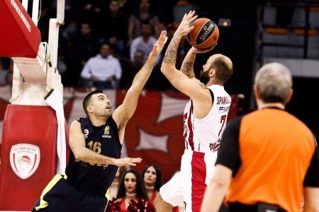 Ο παίκτης του Ολυμπιακού, Βασίλης Σπανούλης (Δ), που έχει την κατοχή της μπάλας ενώ τον μαρκάρει ο παίκτης της Φενέρμπαχτσε Κώστας Σλούκας (Α) κατά τη διάρκεια του αγώνα μπάσκετ Ολυμπιακός - Φενέρμπαχτσε, για τη 21η αγωνιστική της EuroLeague, που διεξήχθη στο Στάδιο Ειρήνης και Φιλίας, Νέο Φάληρο, Πέμπτη 21 Φεβρουαρίου 2018. ΑΠΕ-ΜΠΕ/ΑΠΕ-ΜΠΕ/ΓΕΩΡΓΙΑ ΠΑΝΑΓΟΠΟΥΛΟΥ