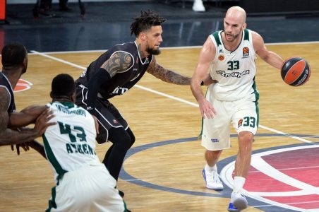 epa06492798 Daniel Hackett (C) of Bamberg in action against Nick Calathes (R) of Panathinaikos during the Euroleague basketball match between Brose Bamberg and Panathinaikos Superfoods Athens in Bamberg, Germany, 02 February 2018.