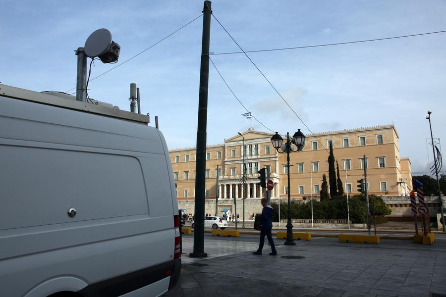Ένα από τα δύο βαν με κεραίες κινητής τηλεφωνίας που είναι σταθμευμένα στην πλατεία Συντάγματος