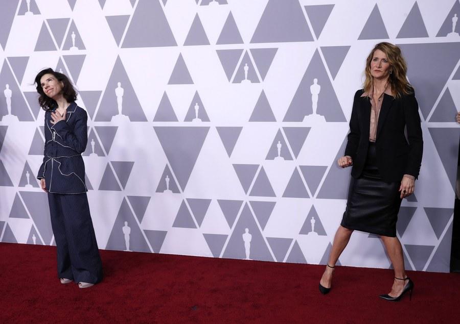 H Σάλι Χόουκινς (αριστερά), υποψήφια για Οσκαρ α' γυναικείου ρόλου για τη «Μορφή του Νερού» και η Λόρα Ντερν σε μια μάλλον αμήχανη στιγμή