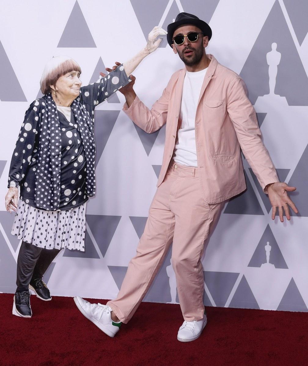 Και ένα σκετς. Η Ανιές Βαρντά -ή μάλλον το χάρτινο ομοίωμά της- έδωσε και αυτή το «παρών» μαζί με τον JR. Οι δύο τους είναι υποψήφιοι για Οσκαρ ντοκιμαντέρ για το «Faces Places»