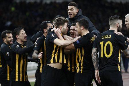 Οι παίκτες της ΑΕΚ πανηγυρίζουν για το γκολ που πέτυχαν κατά τη διάρκεια του αγώνα της ΑΕΚ με την Ντιναμό Κιέβου για την φάση των «32» του Europa League, στο ΟΑΚΑ, Πέμπτη 15 Φεβρουαρίου 2018. Τελικό αποτέλεσμα ΑΕΚ Ντιναμό Κιέβου 1 - 1.  ΑΠΕ-ΜΠΕ/ΑΠΕ-ΜΠΕ/ΓΙΑΝΝΗΣ ΚΟΛΕΣΙΔΗΣ