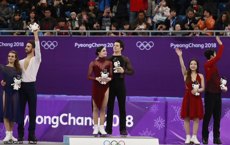 epa06544959 Gold medalists Tessa Virtue and Scott Moir of Canada (C), silver medalists Gabriella Papadakis and Guillaume Cizeron of France and bronze winners Maia Shibutani and Alex Shibutani of the USA (R) during the venue ceremony for the Ice Dance Free Dance of the Figure Skating competition at the Gangneung Ice Arena during the PyeongChang 2018 Olympic Games, South Korea, 20 February 2018. EPA/HOW HWEE YOUNG
