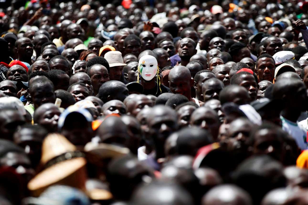 Τρίτη, 30 Ιανουαρίου, Κένυα. Ενας άνδρας φορά μία μάσκα ανάμεσα σε εκατοντάδες άλλους σε συγκέντρωση υποστηρικτών του επικεφαλής της αντιπολίτευσης, Ράιλα Οντίνγκα, στο Ναϊρόμπι