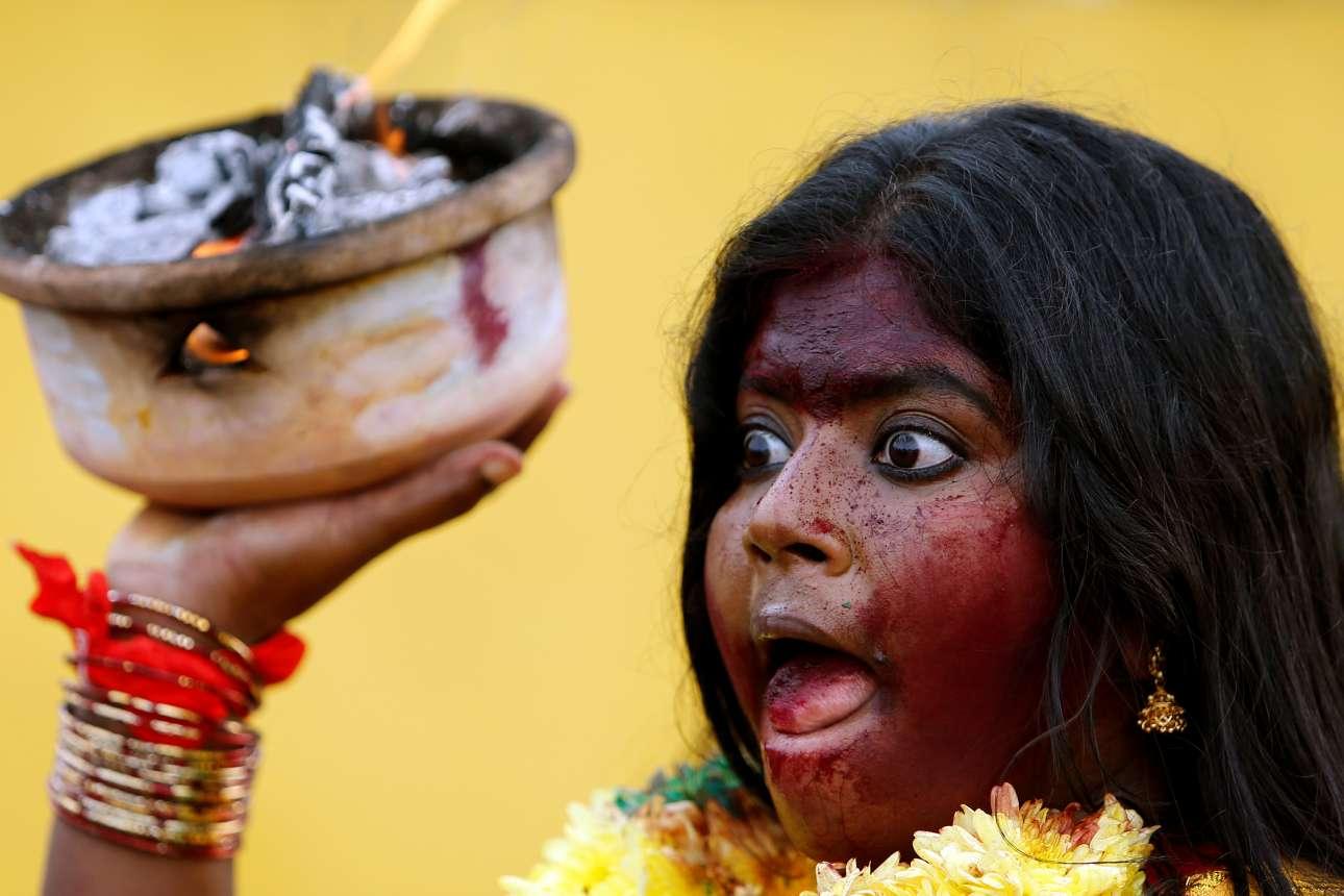 Τετάρτη, 31 Ιανουαρίου, Μαλαισία. Γυναίκα της κοινότητας Ταμίλ συμμετέχει στο φεστιβάλ Thaipusam, στην Κουάλα Λουμπούρ. Πρόκειται για μια γιορτή που πραγματοποιείται ετησίως στην πανσέληνο του Ιανουαρίου