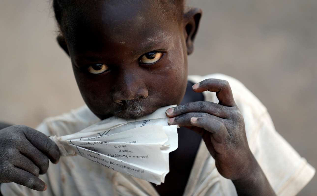 Πέμπτη, 1 Φεβρουαρίου, Κένυα. Προσφυγόπουλο από το Σουδάν παίζει στον οικισμό Kalobeyei, έξω από τον προσφυγικό καταυλισμό Kakuma, στην Τουρκάνα