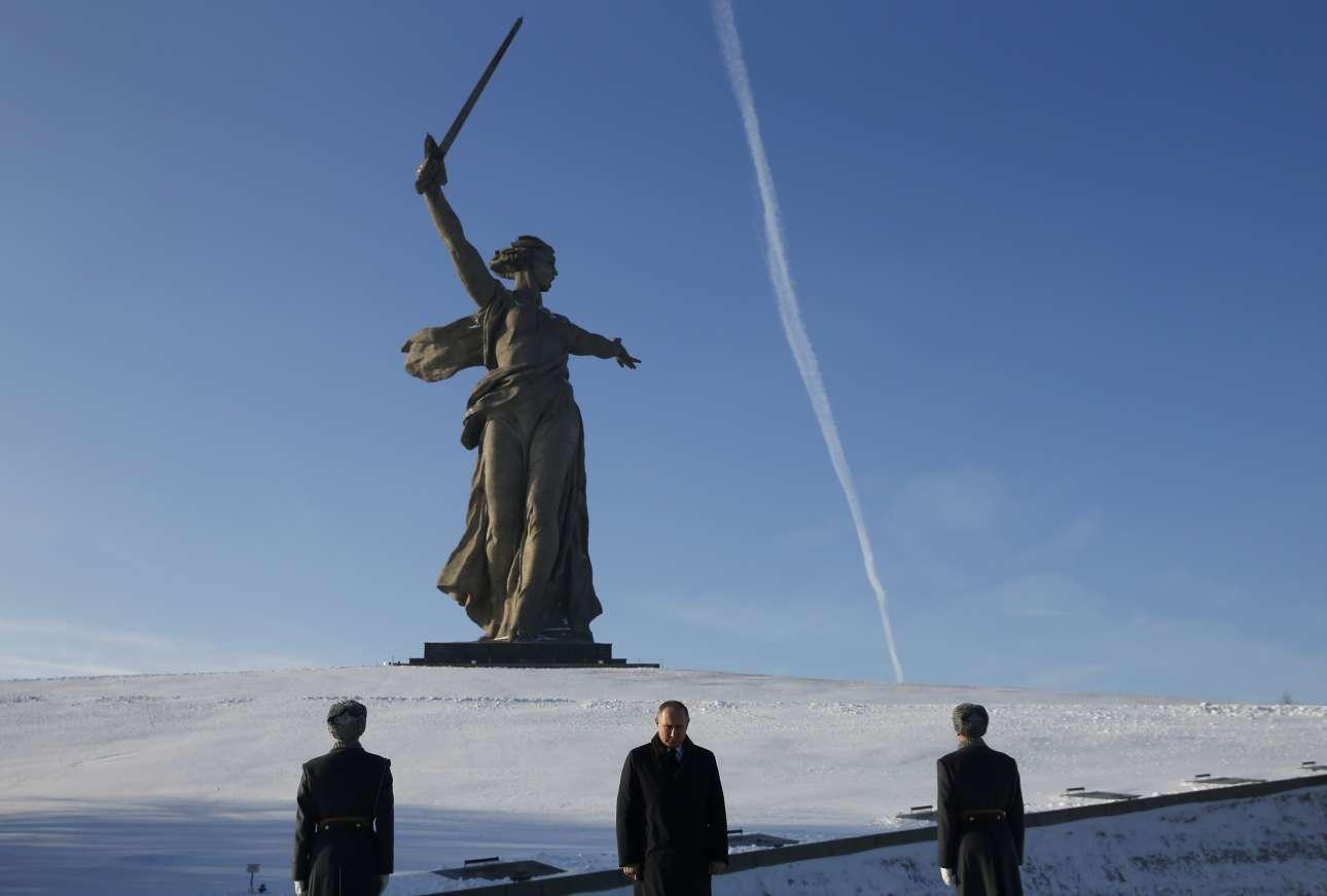 Παρασκευή, 2 Φεβρουαρίου, Βόλγκογκραντ (πρώην Στάλινγκραντ). Ο Βλαντίμιρ Πούτιν στέκεται σιωπηλός μπροστά από το μνημείο των πεσόντων στη μάχη του Στάλινγκραντ. Συμπληρώθηκαν 75 χρόνια από τη μάχη που άλλαξε τον ρου του Β' Παγκοσμίου Πολέμου στην Ευρώπη