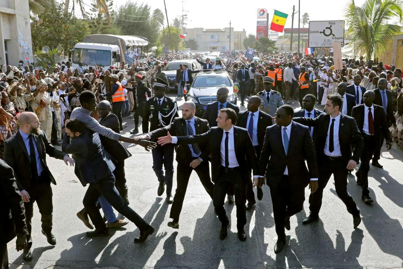Σάββατο 3 Φεβρουαίου, Αγιος Λουδοβίκος, Σενεγάλη. Οι άνδρες της ασφάλειας απομακρύνουν έναν πολίτη που προσπαθεί να δώσει το χέρι του στον πρόεδρο της Γαλλίας Εμανουέλ Μακρόν, μολονότι ο τελευταίος σπεύδει και αυτός να τον χαιρετήσει
