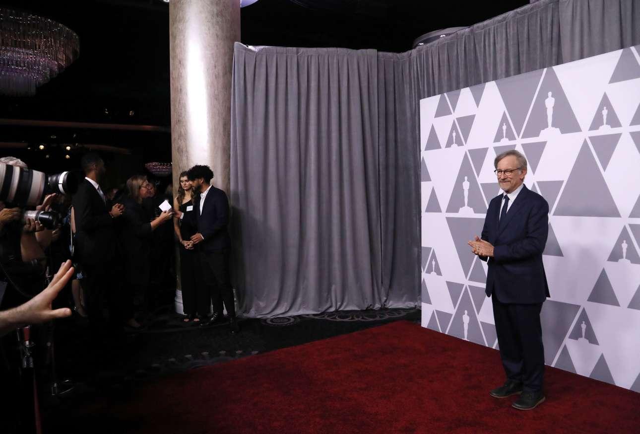 Ο Στίβεν Σπίλμπεργκ ποζάρει λίγο πριν από το γεύμα των υποψηφίων. Δεν είναι υποψήφιος για Οσκαρ σκηνοθεσίας αλλά για το βραβείο Καλύτερης Ταινίας για το «The Post»