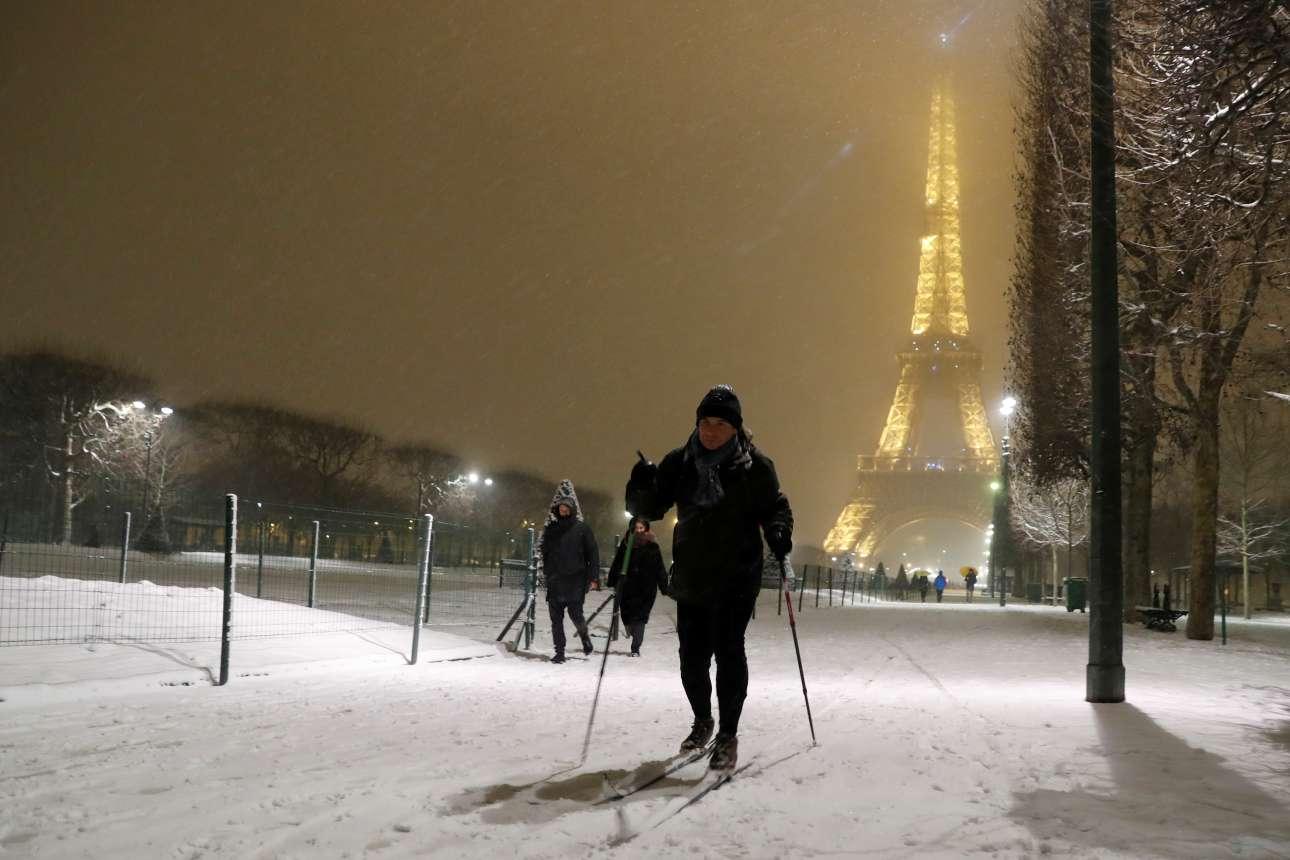 Τα σκι επιστρατεύτηκαν για τις μετακινήσεις τη νύχτα της Τρίτης καθώς το χιόνι ήταν πυκνό στην καρδιά του Παρισιού