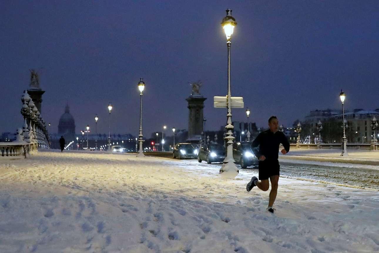 Η προπόνηση πρέπει να γίνει ανεξάρτητα από τις καιρικές συνθήκες. Ενας άνδρας κάνει τζόγκινγκ στην χιονισμένη γέφυρα του Αλέξανδρου Γ'