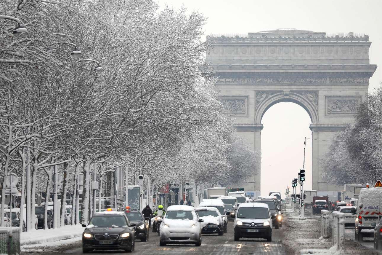 Η Αψίδα του Θριάμβου στη χιονισμένη Λεωφόρο των Ηλυσίων την Τετάρτη, 7 Φεβρουαρίου