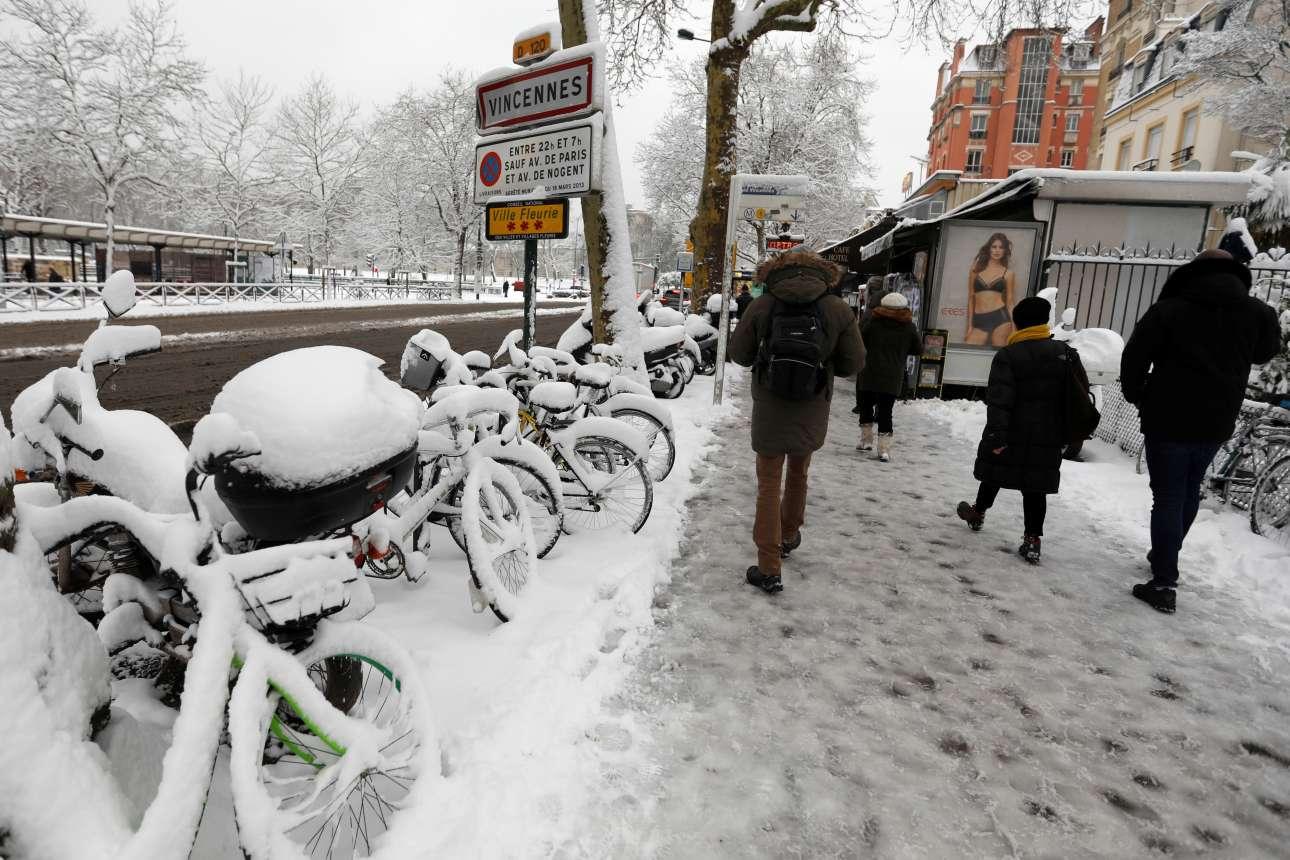 Παριζιάνοι κατευθύνονται προς τον σταθμό του Σατό ντε Βανσέν ενώ τα πάντα είναι καλυμμένα από χιόνι και πάγο
