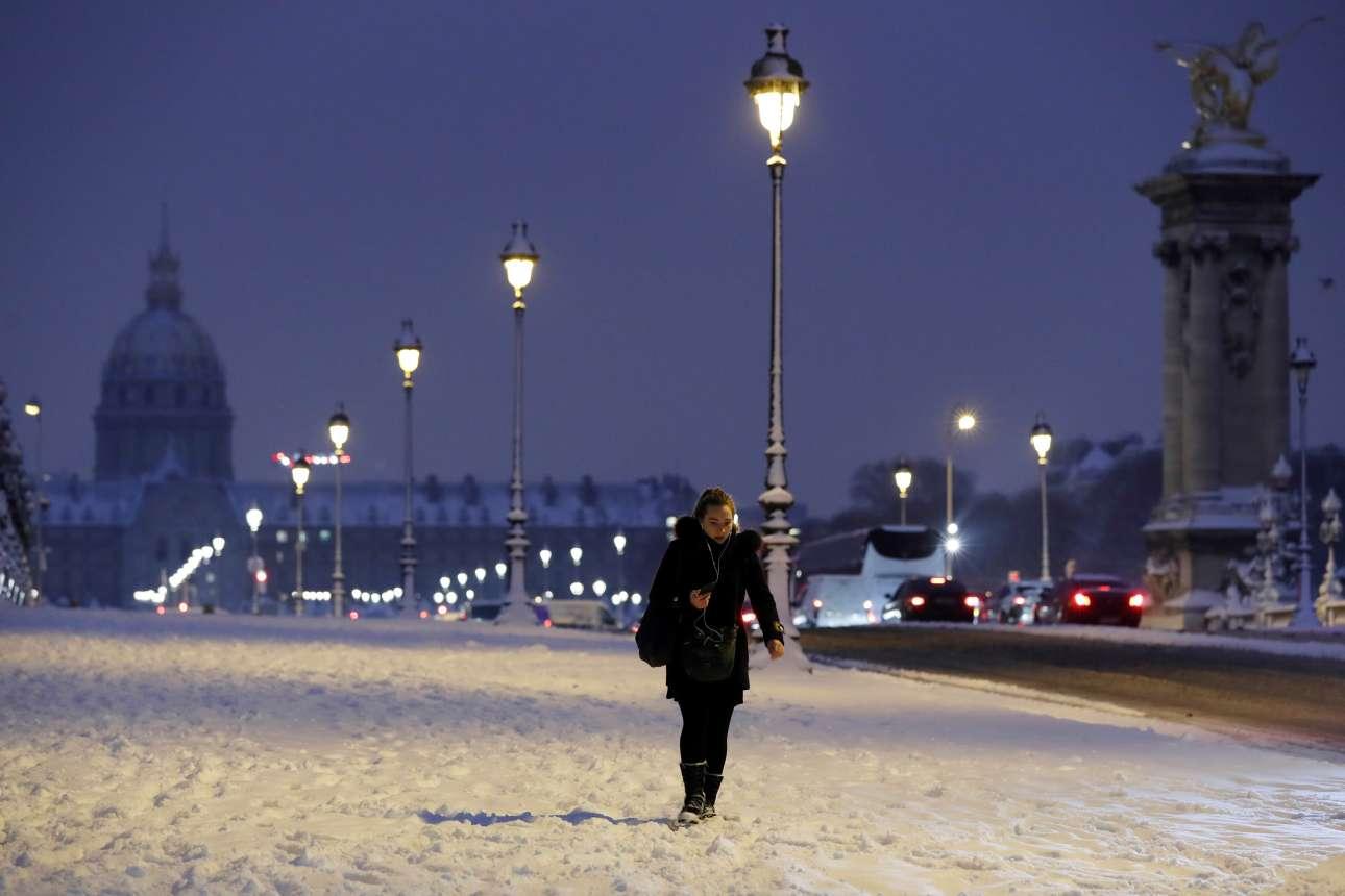 Το χιονισμένο Παρίσι μοιάζει μαγευτικό, ειδικά την νύχτα