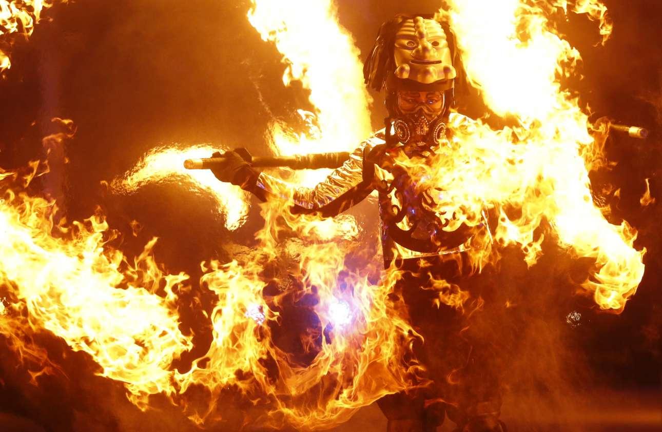 Καλλιτέχνης πραγματοποιεί το δικό του σόου με φωτιές