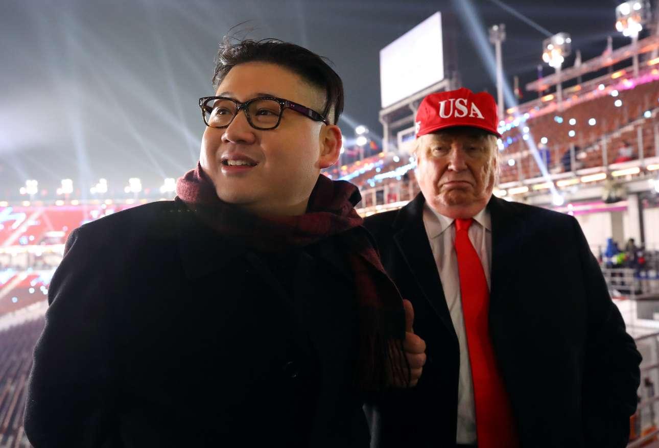 Ενας Ντόναλντ Τραμπ και ένας Κιμ Γιονγκ Ουν στις εξέδρες του Ολυμπιακού Σταδίου της Πιονγκτσάνγκ. Είπαμε, είναι οι Αγώνες της συμφιλίωσης αλλά τόσο; Οι δύο σωσίες πάντως έδωσαν μια ιδέα πώς θα μπορούσαν να γίνουν τα πράγματα