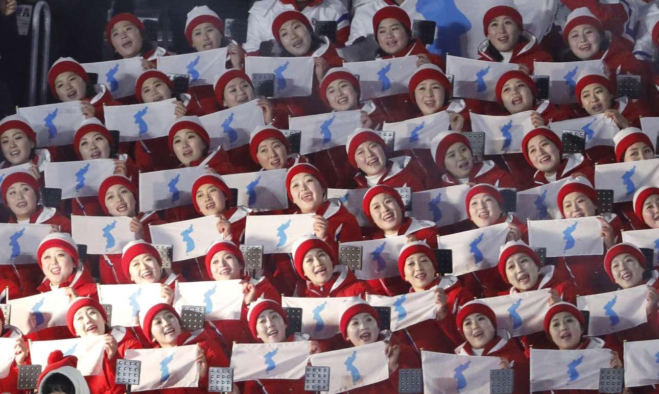 Οι τσιρλίντερ της Βόρειας Κορέας κρατούν σημαίες της ενωμένης Κορέας και τραγουδούν σε άψογο συγχρονισμό. Κιμ τα βλέπεις;