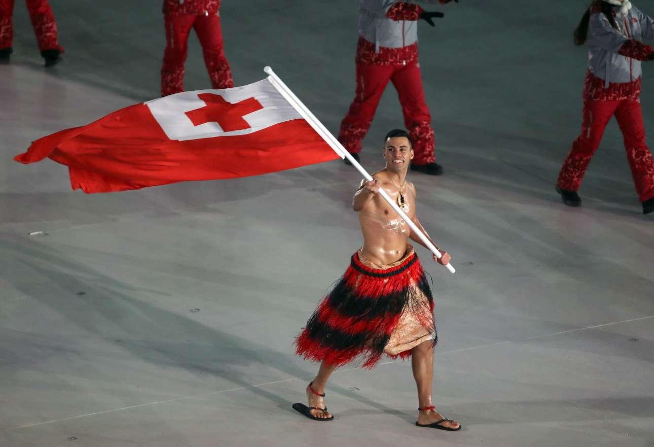 Και ο θαρραλέος Ταουφατοφούα από το Τόνγκο έκανε παρέλαση γυμνός όπως άλλωστε είχε κάνει και στο Ρίο. Μόνο που τώρα όλοι προσπαθούσαν να προστατευθούν από το πολικό ψύχος