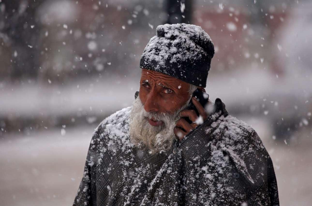 Δευτέρα, 12 Φεβρουαρίου, Ινδία. Ανδρας περπατά σε δρόμο της πόλης Σριναγκάρ κατά τη διάρκεια έντονης χιονόπτωσης