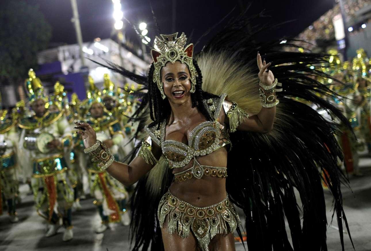 Τρίτη, 13 Φεβρουαρίου, Βραζιλία. Εντυπωσιακές παρουσίες παρελαύνουν στο ξακουστό καρναβάλι του Ρίο ντε Τζανέιρο