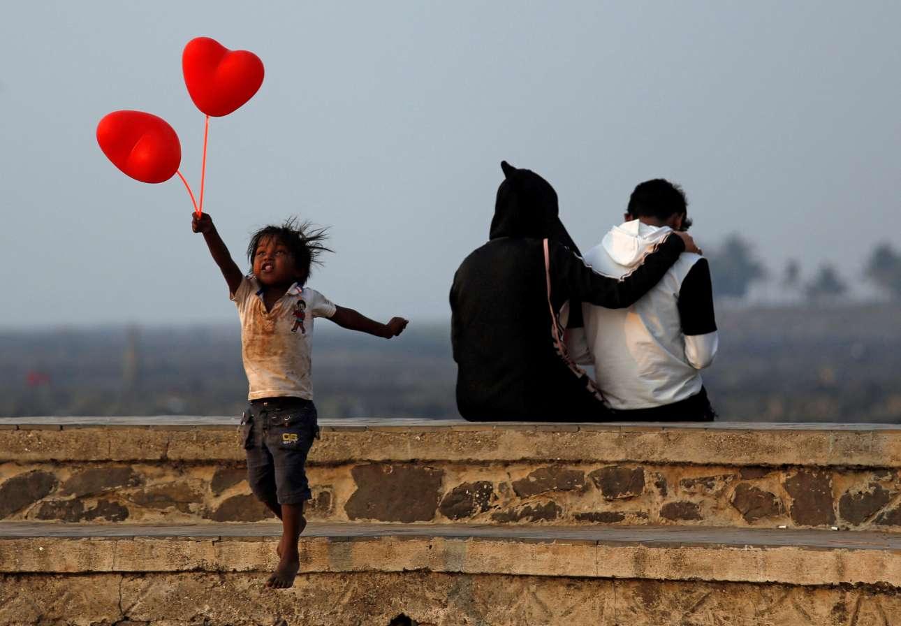 Τετάρτη, 14 Φεβρουαρίου, Ινδία. Ανήλικος μικροπωλητής στο Μουμπάι απομακρύνεται από ένα ζευγάρι αφού προσπάθησε να του πουλήσει μπαλόνια σε σχήμα καρδιάς για την ημέρα του Αγίου Βαλεντίνου