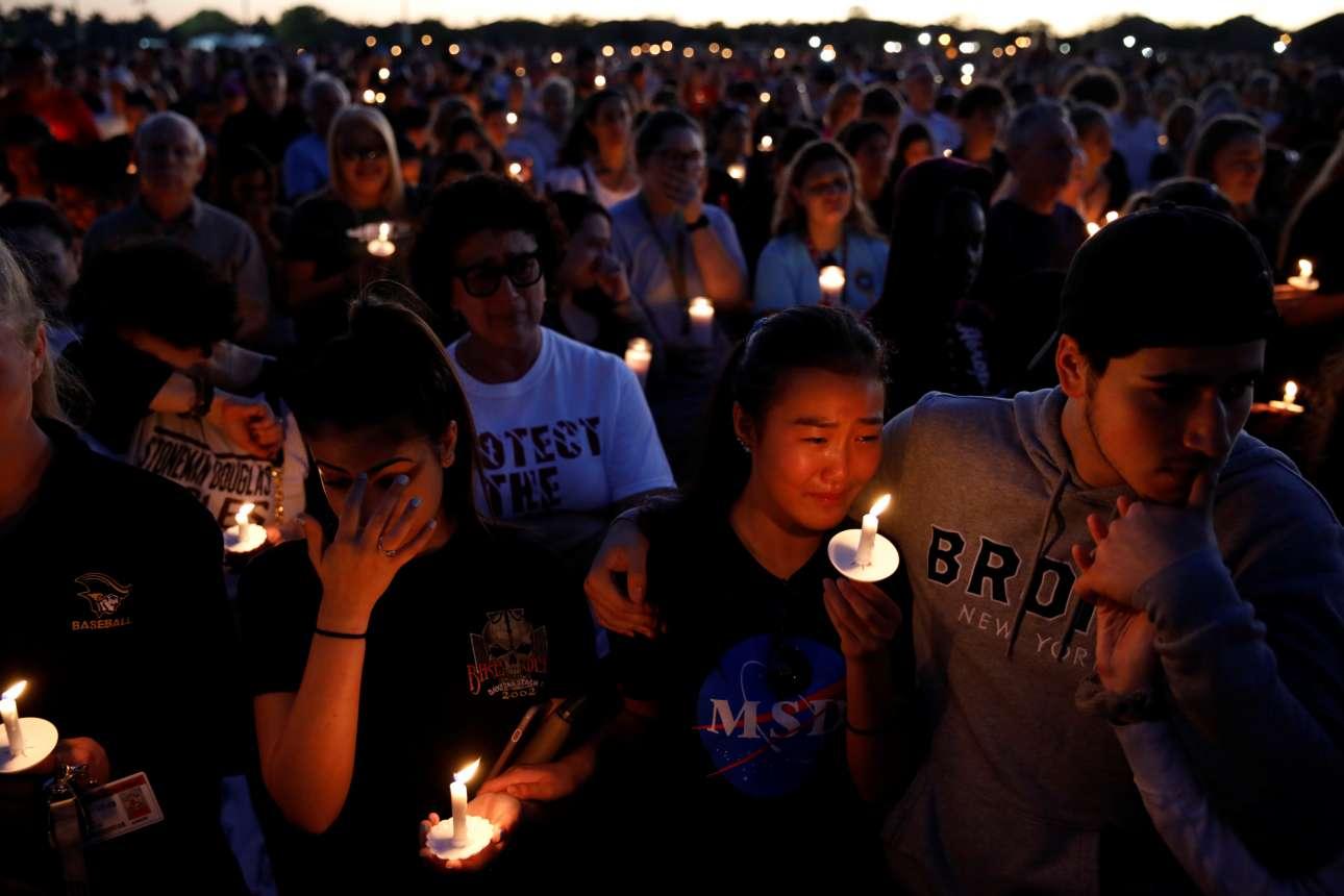 Παρασκευή, 16 Φεβρουαρίου, Φλόριντα. Συγκίνηση στον κόσμο που συμμετέχει στην αγρυπνία για τα θύματα στο σχολείο του Πάρκλαντ όπου έχασαν τη ζωή τους 17 άτομα έπειτα από ένοπλη επίθεση