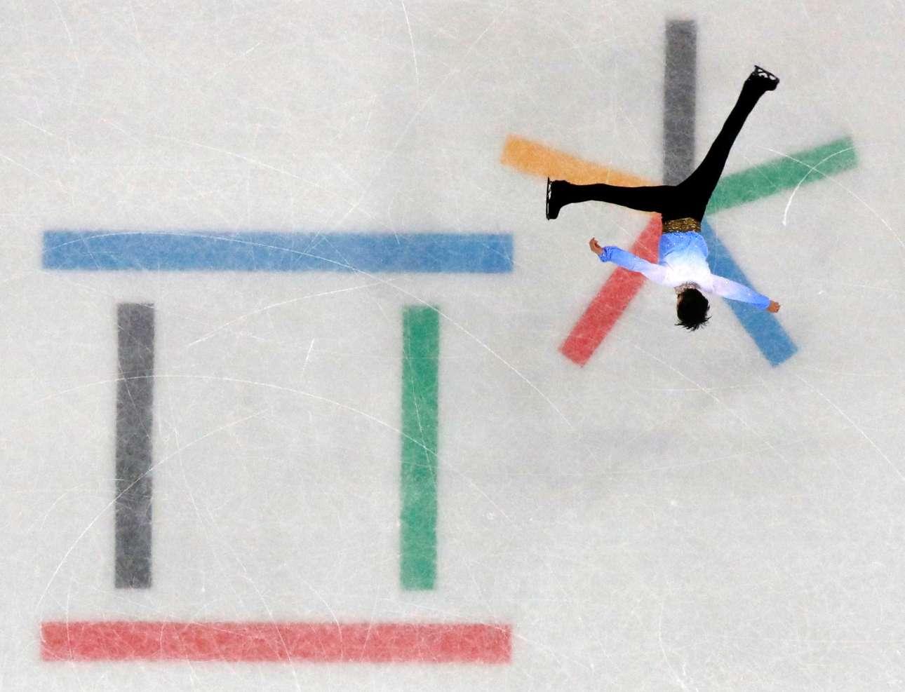 Παρασκευή, 16 Φεβρουαρίου, Νότια Κορέα. Ενα εντυπωσιακό πανοραμικό στιγμιότυπο από αγώνα καλλιτεχνικού πατινάζ στους Χειμερινούς Ολυμπιακούς Αγώνες της Πιονγκτσάνγκ