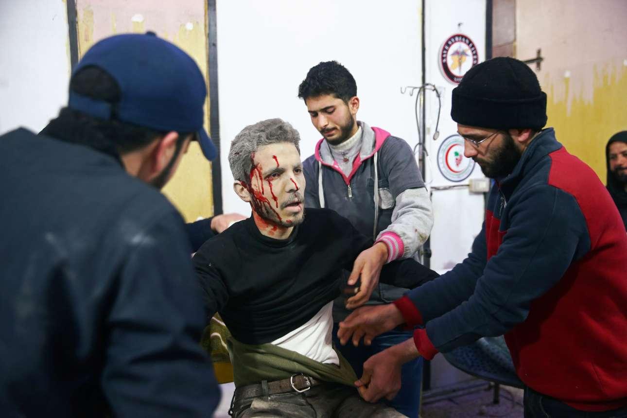 Τραυματισμένος άνδρας λαμβάνει τις πρώτες βοήθειες από διασώστες. Το βλέμμα του είναι παγωμένο...